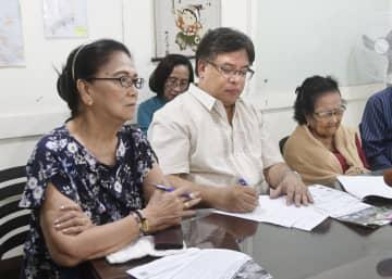 マニラで記者会見するフィリピン残留日系2世のアントニナ・エスコビリャさん(左)と岩尾ホセフィナさん(右)ら=27日(共同)