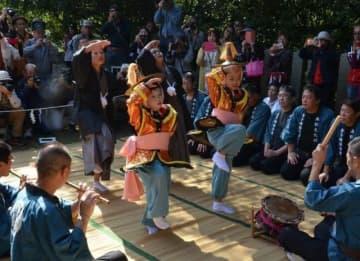異国情緒漂う「唐子踊」を披露する新旧の踊り子