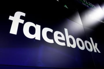 米ニューヨークの繁華街のスクリーンに表示されたフェイスブックの文字=2018年3月(AP=共同)