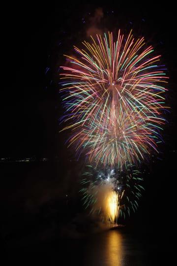 阿蘇海から打ち上がった大輪の花火(27日午後7時47分、宮津市大垣・傘松公園)