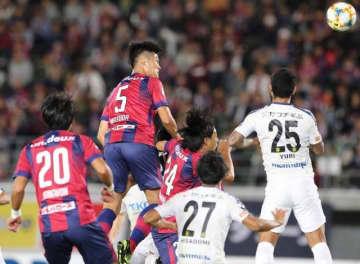 前半9分、ファジアーノ岡山の増田繁人(5)がヘディングシュートを決め、先制する=シティライトスタジアム