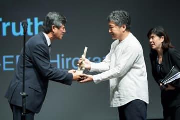 是枝裕和監督が「今年のアジア映画人賞」を受賞(映画祭事務局提供)