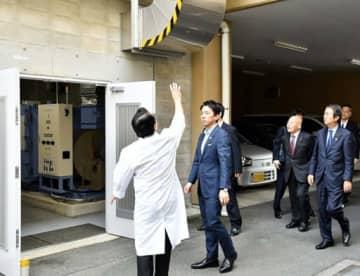 東部島根医療福祉センターで放射線防護対策施設を視察する小泉氏=左から2人目(画像の一部を修整しています)