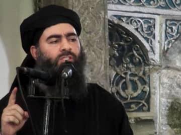 2014年7月に投稿された、イラクの礼拝所で演説する過激派組織「イスラム国」指導者のバグダディ容疑者とされる映像(AP=共同)
