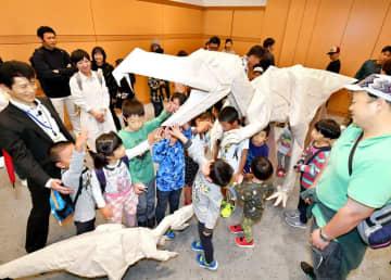 お披露目された折り紙のフクイラプトルと子どもの恐竜=10月27日、福井県勝山市の県立恐竜博物館