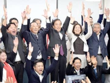 当選確実の一報を受け、支持者らと万歳三唱を行う上田清司氏(中央)=27日午後8時すぎ、朝霞市西弁財の選挙事務所