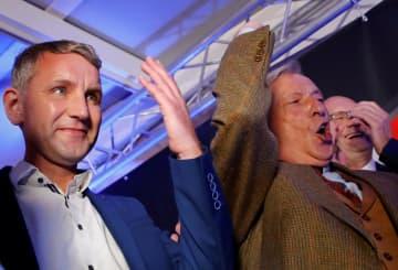 27日、ドイツ東部テューリンゲン州エアフルトで、州議会選の出口調査の結果を喜ぶAfDのヘッケ氏(左)(ロイター=共同)