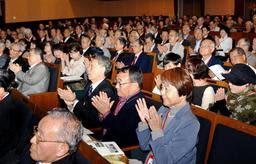 50年を経て卒業式に出席した1969年の卒業生=神戸市灘区六甲台町