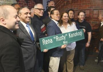 ニューヨーク・ブルックリンで式典に参加した鹿子木量平さん(中央)と娘のジーンさん(右隣)=27日(共同)