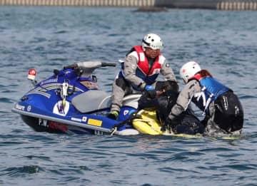 海中転落者の救助訓練に取り組む参加者=大村湾