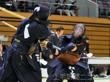 男子準々決勝 沼田―水城 攻め込む沼田の大将上原(右)=ALSOKぐんまアリーナ