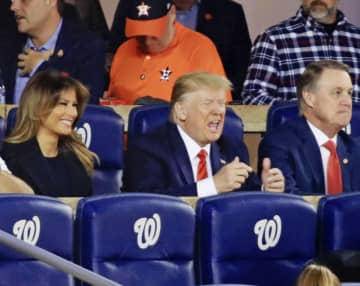 米大リーグ、ワールドシリーズ第5戦を観戦するトランプ大統領(中央)とメラニア夫人(左)=27日、ワシントン(共同)