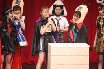 寸劇を終えて大粒の涙を見せる村重杏奈さん(中央)。事実上の座長を務めた。村重さんの前のタンスには「支配人」が入っているという設定だ