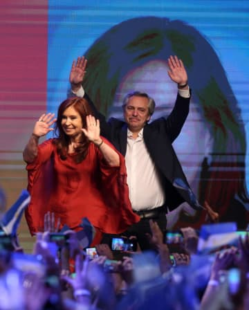 27日、アルゼンチン大統領選で勝利し首都ブエノスアイレスで支持者に手を振るフェルナンデス元首相(右)と副大統領になるクリスティナ・フェルナンデス前大統領(ロイター=共同)