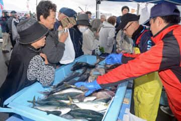 とれたての鮮魚を求める買い物客でにぎわう「大畑漁港朝市」=27日午前7時50分ごろ、むつ市大畑町