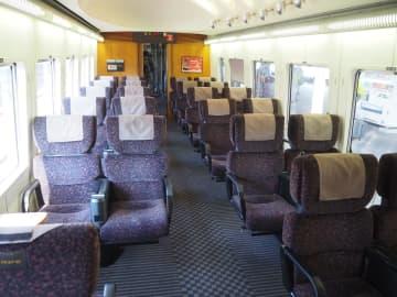 JR九州787系の足元空間が広い787系の車内=2019年10月21日、長崎市で筆者撮影