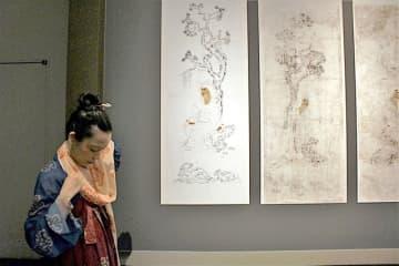 宝物『鳥毛立女屏風』第6扇の絵のように唐の衣装でショールを巻くリュウさん(25日・奈良国立博物館)