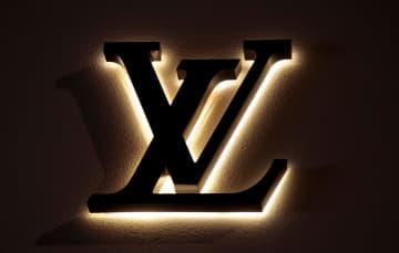 フランス南部ニースの店舗に掲げられた「ルイ・ヴィトン」のロゴ=27日(ロイター=共同)