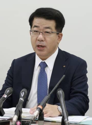記者会見する関西電力の松田善和経理室長=28日、大阪市
