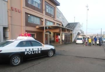 男性がクマに襲われた長願寺近くの青海駅前で警戒に当たる糸魚川署=28日午前6時ごろ、糸魚川市