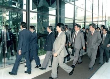 強制捜査のためリクルート本社に入る東京地検の捜査員=1988年10月19日、東京・銀座