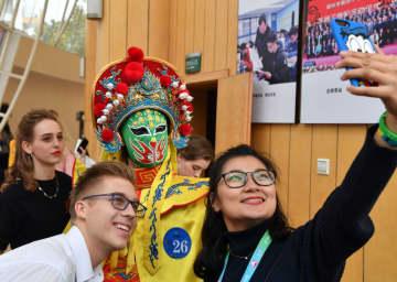 海外の中高生が中国文化関連の特技披露 「漢語橋」世界中高生中国語コンテスト