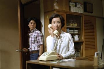 ドラマ「岸辺のアルバム」より。八千草薫さん(右)と国広富之さん((C)TBS)
