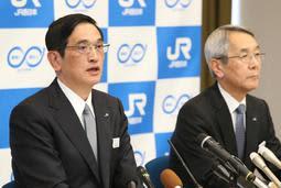 記者会見で話す、JR西日本の新社長に就任する長谷川一明副社長(左)。右は来島達夫現社長=28日午後、大阪市北区芝田2、同本社(撮影・辰巳直之)