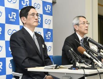 記者会見するJR西日本の長谷川一明副社長(左)と来島達夫社長=28日午後、大阪市