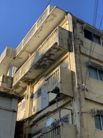 3階の廊下の一部が崩落した建物=28日、那覇市前島
