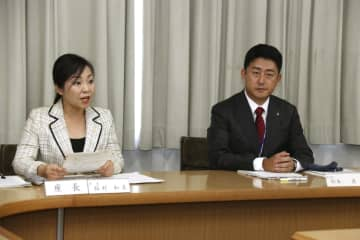 兵庫県尼崎市の市立小中高などを対象に実施した体罰に関するアンケート結果について話す稲村和美市長(左)=28日午後、尼崎市役所