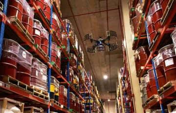 物流会社YCHグループの倉庫内で飛行するドローン(同社提供)