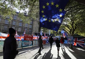 英議会周辺に掲げられたEU旗や英国旗=28日、ロンドン(AP=共同)