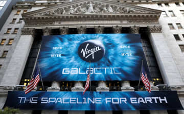 ニューヨーク証券取引所。中央は28日に上場したヴァージン・ギャラクティック社のロゴ=28日(ロイター=共同)