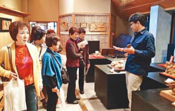 井波彫刻総合会館で、作品を鑑賞する参加者
