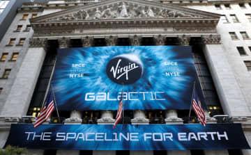 ニューヨーク証券取引所。中央は28日に上場した米宇宙旅行会社ヴァージンギャラクティックのロゴ=28日(ロイター=共同)