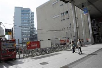 新市街アーケード沿いで三つ目となるホテルが入る複合施設の建設が予定されている敷地。現在は駐輪場やコインパーキングになっている=28日、熊本市中央区