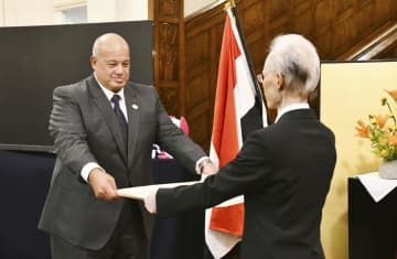 エジプト・カイロの日本大使公邸で開かれた叙勲伝達式に出席したモハメド・ラシュワン氏(左)=28日(共同)