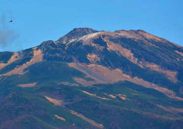 酒田市刈屋から望む鳥海山。平年より18日遅い初冠雪が観測された=28日午前11時57分
