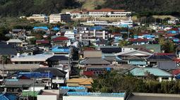 台風15号の影響で屋根が破損し、ブルーシートが掛かった家屋が目立つ沿岸部=28日午後、千葉県南房総市久枝
