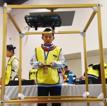 ロボットコンテストで知恵を競う子供たち 山東省日照市