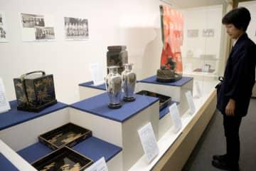 藤とツバメを描いた携帯用の重箱(左奥)など、皇室ゆかりの品々などを紹介する特別展=京都市南区・東寺宝物館