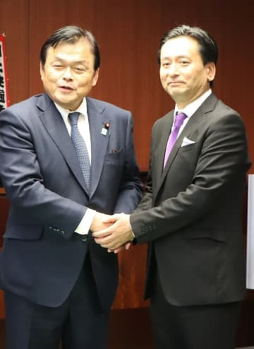 会談を前に握手を交わす赤羽国交相(左)と山口知事=東京、国交省