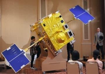 原寸大の段ボール模型を使って、金星探査機「あかつき」の特徴を解説する中村正人教授(右)=南関町