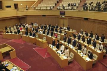 起訴の恐れがある職員の給与を差し止める改正条例が可決、成立した神戸市議会=29日午前