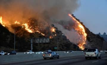 28日、米ロサンゼルス郊外の美術館「ゲティセンター」近くで起きた山火事(ロイター=共同)