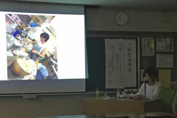 スクリーンで調理の様子を紹介しながら寮母生活を振り返る渡辺さん=鎌倉市