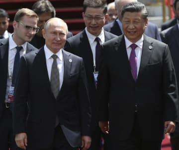 ロシアのプーチン大統領(手前左)と肩を並べる中国の習近平国家主席(右)=6月14日、キルギスの首都ビシケク(ゲッティ=共同)