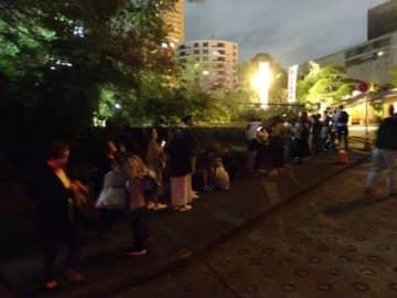 階段のそばで並ぶ外国人観光客ら=都内の東京タワー近く