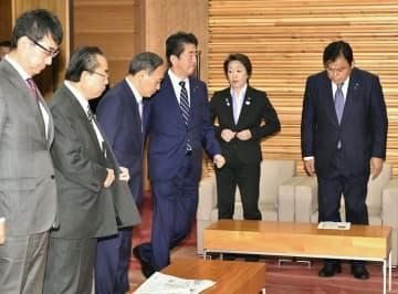 閣議に臨む安倍首相(右から3人目)ら=29日午前、首相官邸
